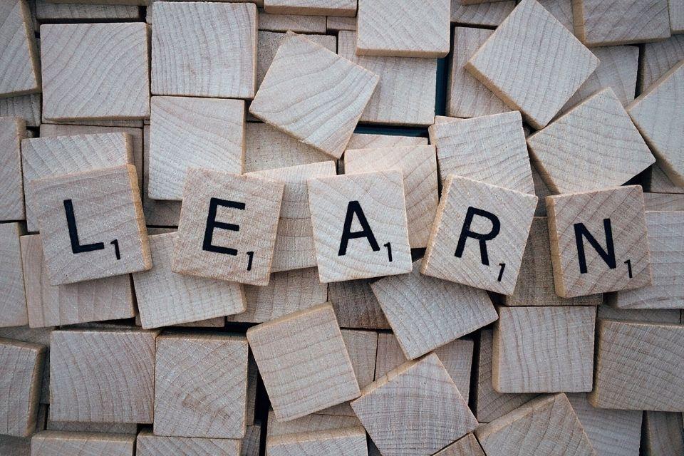 scrabble blokjes met het woord learn